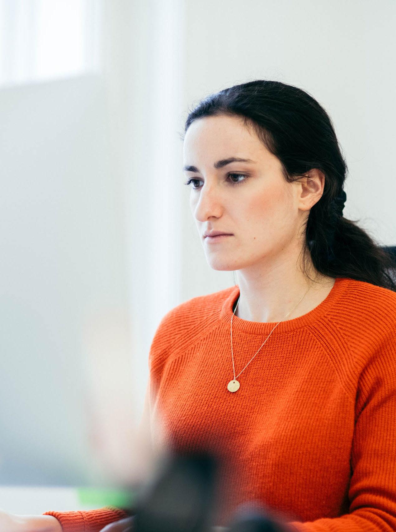 Clara Oendogan arbeitet an ihrem Schwerpunkt Nachhaltigkeit im Lockl & Keck Büro